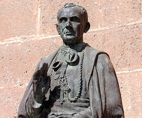 Estatua al beato Diego Ventaja en Almería